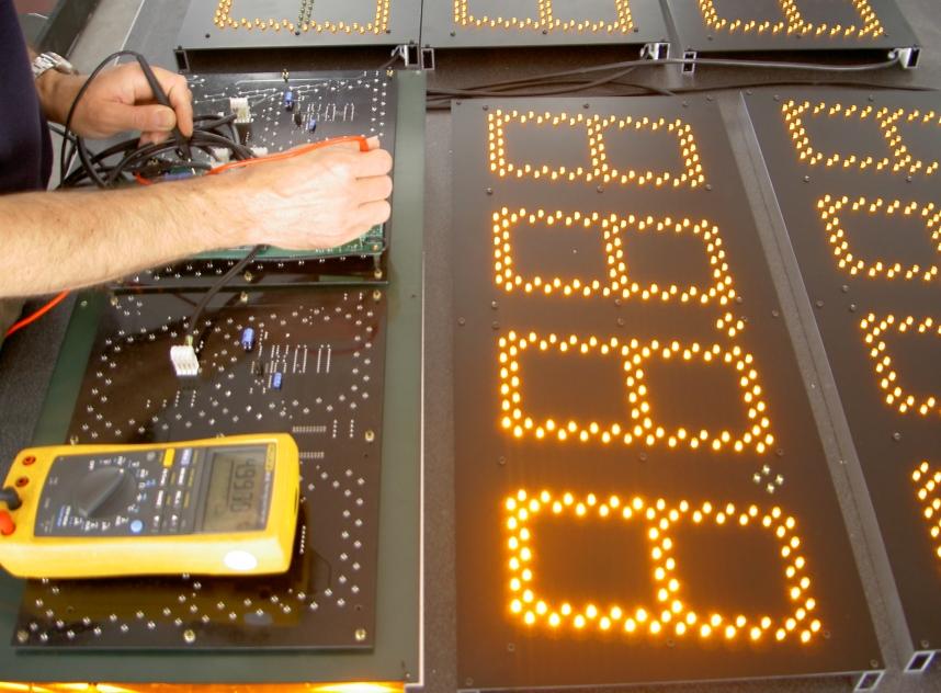 HTL - display carburanti - dettaglio montaggio