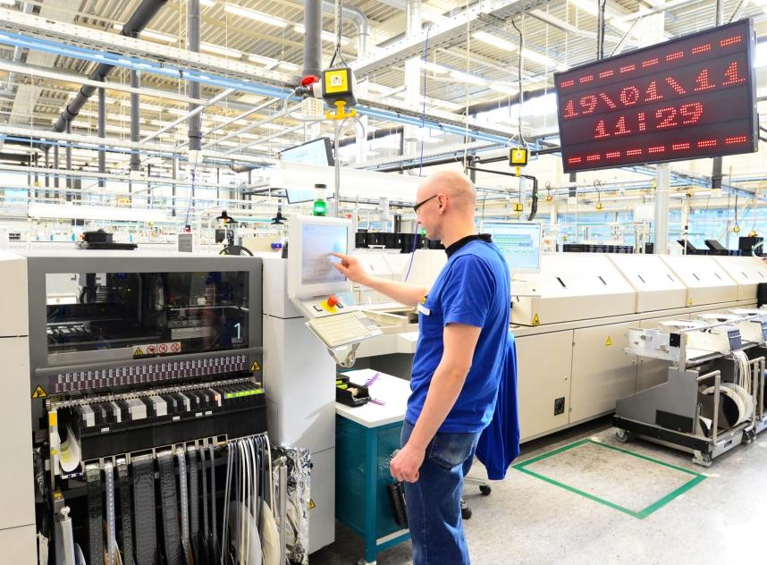 Maschinen Und Arbeiter In Einer Fabrik Für Mikroelektronik